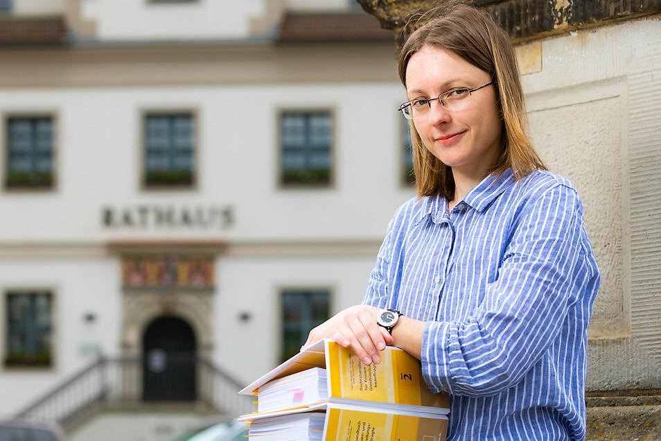 """Mit dem """"Rechtshandbuch für Frauen- und Gleichstellungsbeauftragte"""" beschäftigt sich Corinna Stumpf intensiv, um sich auf diesem Gebiet weiterzubilden."""