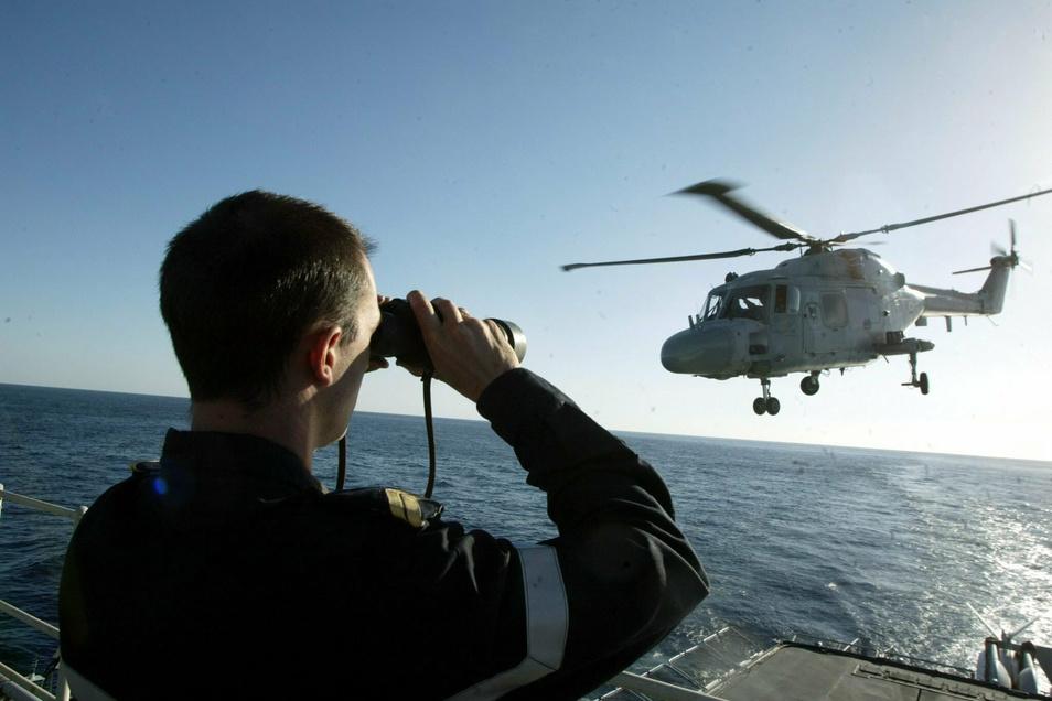 Ein Hubschrauber der französischen Marine hebt von einer Fregatte ab. Im Mittelmeer sollen die Franzosen nun von einem türkischen Schiff bedroht worden sein.