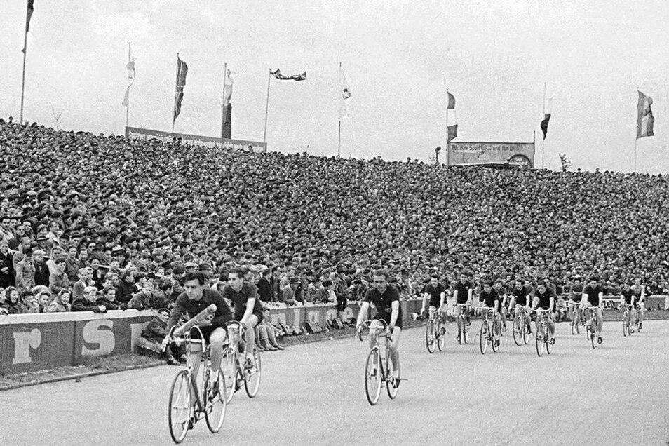 Premiere: Dresden ist 1955 erstmals Etappenort. 60000 jubeln im Heinz-Steyer-Stadion.