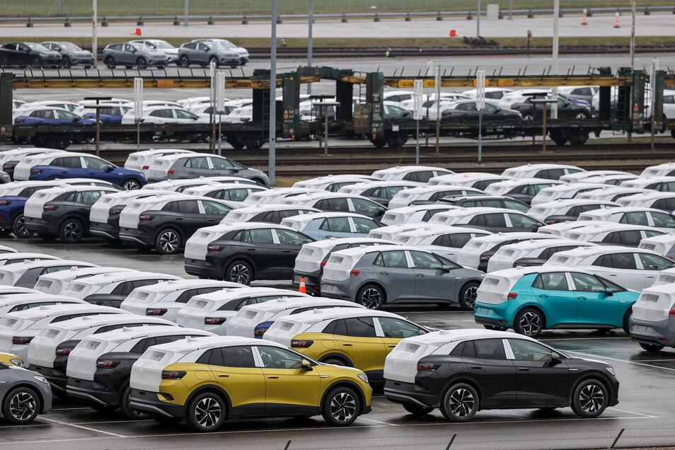 Neufahrzeuge des Typs ID.3 und ID.4 stehen auf dem Gelände des Zwickauer Volkswagen-Werks.