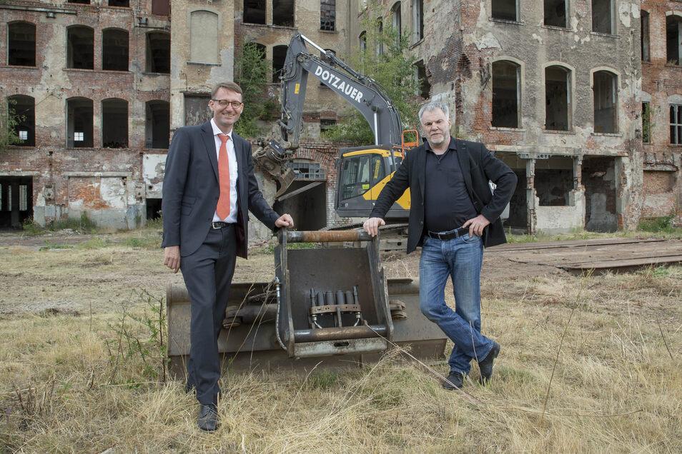 Symbolhaft stehen Roland Wöller und Uwe Rumberg vor der Ruine der Lederfabrik. Sie sind keine Parteifreunde mehr.