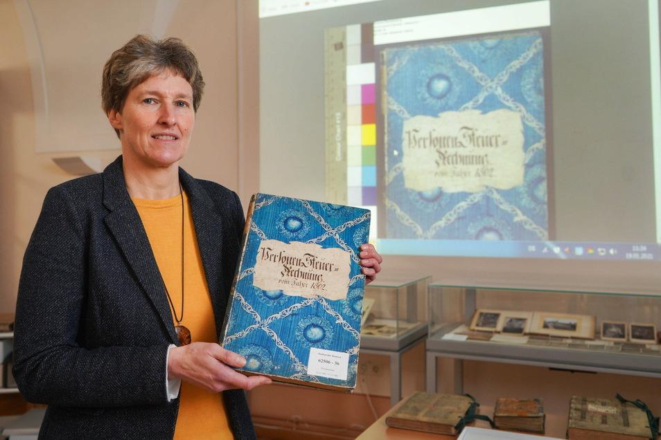 Grit Richter-Laugwitz , Leiterin des Archivverbundes Bautzen, hat ein Personensteuerbuch aus dem Jahr 1802 in der Hand. Dieses Buch und viele andere Dokumente sind jetzt auch online einsehbar.