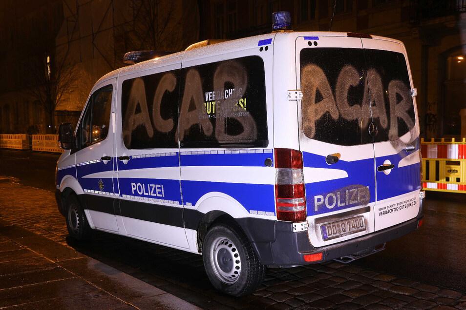 Während eines Polizeieinsatzes im Hechtviertel wurden mehrere Polizeibusse mit silberner Farbe besprüht.