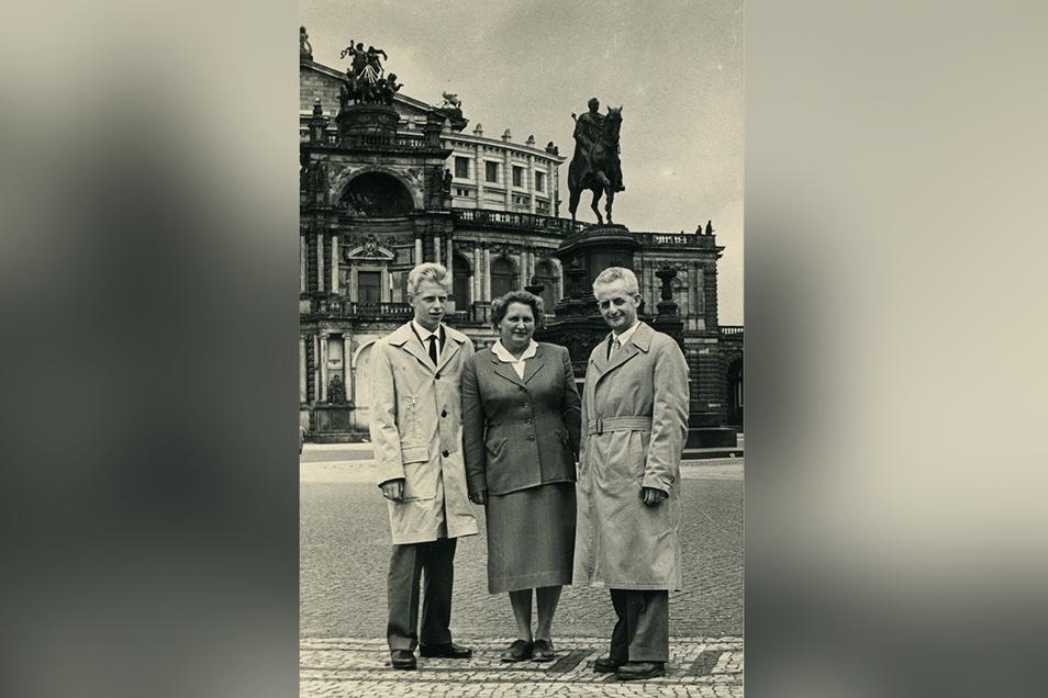 Marcel Weise liebte Dresden und spielte gern den Stadtführer. Diese Aufnahme zeigt ihn 1958 mit seiner Frau Martha und Sohn Gert vor der ausgebrannten Hülle der Semperoper.