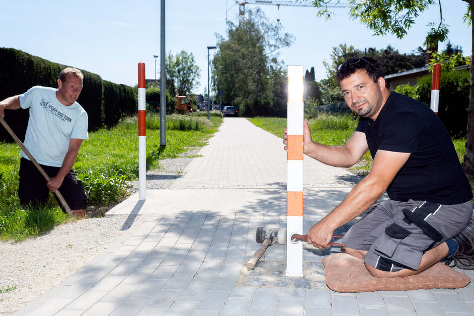 Rico Grohmann (r.) und Matthias Liebold vom Bauhof der Gemeinde Arnsdorf legen letzte Hand an den neuen Verbindungsweg zwischen der Straße Am Stockteich und der Mozartstraße an.