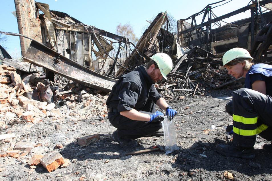 Mühselige Kleinarbeit der Kriminalisten. Sie suchen nach jeder Spur, die Auskunft über die Ursache des Brandes geben könnte.