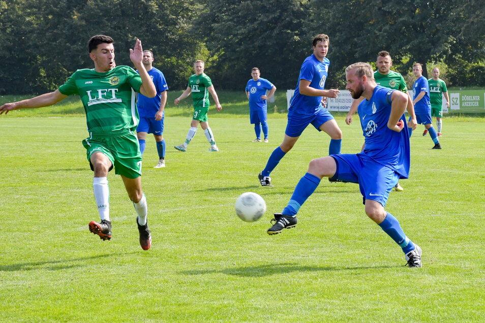 Der Mochauer David Klose (links) versucht, gegen Steffen Peter an den Ball zu kommen.