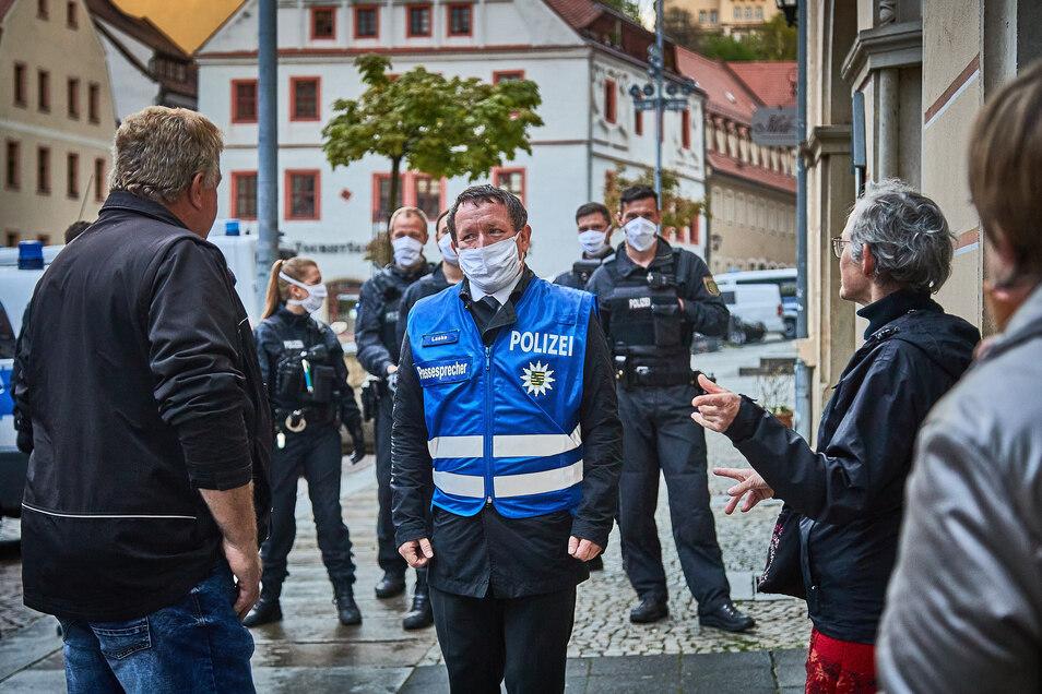 Am 29. April diskutieren landesweit bekannte Pegida-Anhänger mit einem Mitarbeiter der Polizei.