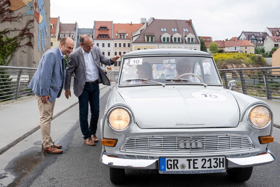 Der Görlitzer OB Octavian Ursu (rechts) und der Bürgermeister von Zgorzelec Rafal Gronicz (links) begrüßen Teilnehmer der Oldtimer-Rallye auf der Altstadtbrücke in Görlitz.