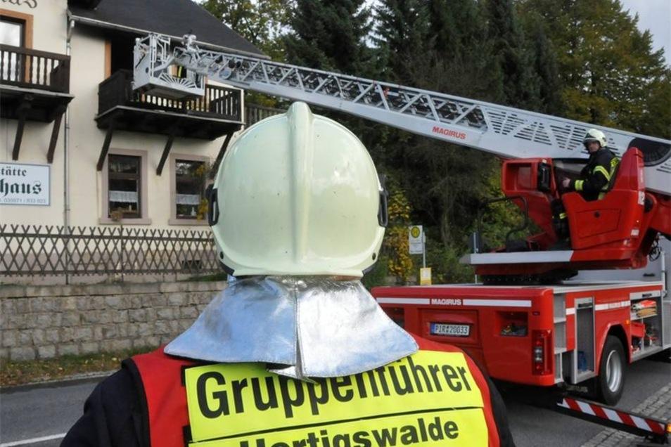 Die Feuerwehr kann den Brand löschen.