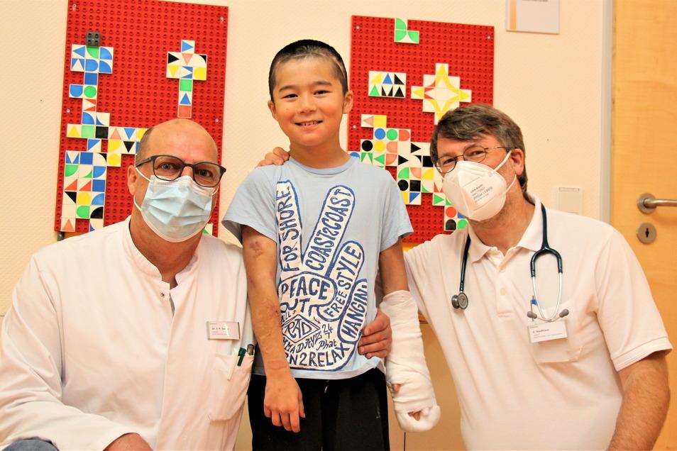 Chefarzt Dr. Jens-Peter Sieber, Otabek und Daniel Stadthaus, Chefarzt der Kinder- und Jugendmedizin (v.l.): Dem Jungen wieder ein unbeschwertes Leben ermöglicht.