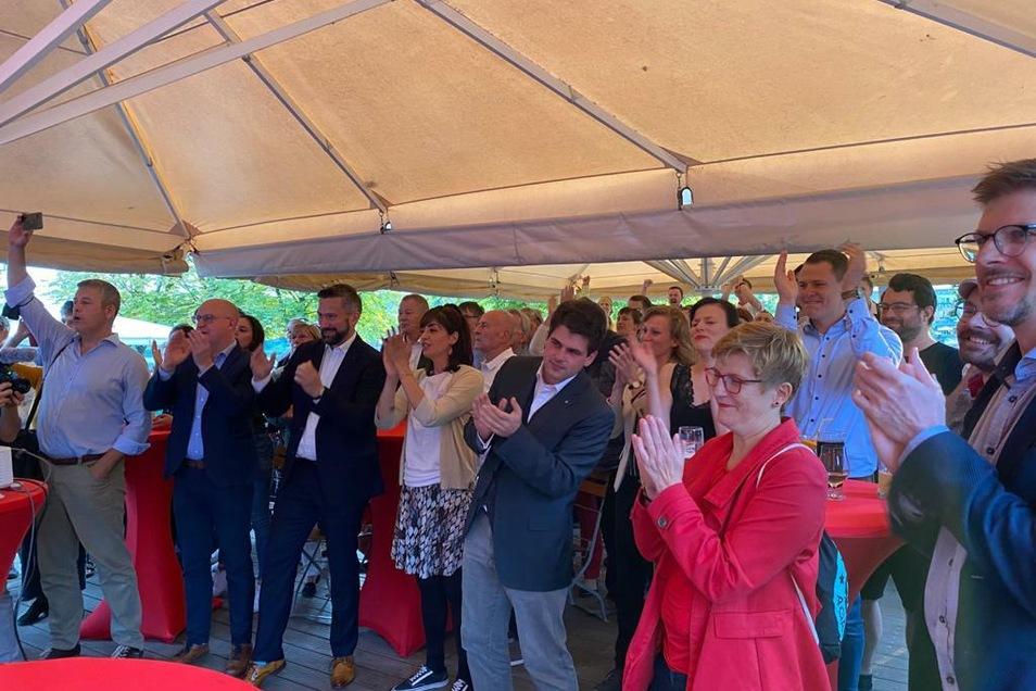 Große Freude über das Ergebnis dagegen bei der SPD. In der Mitte die Kandidatin Rasha Nasr.