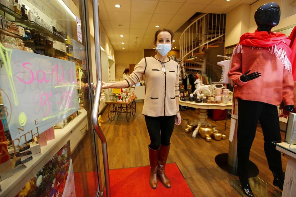 Hat am Samstag bis 18 Uhr geöffnet - Gudrun Ast in der Parfümerie an der Bahnhofstraße in West.