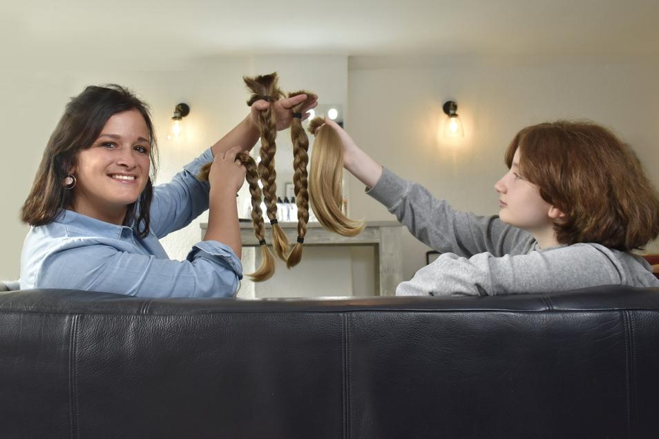 Mandy Hofmann-Höfer freut sich über Ailas tolle Haarspende. Auch Leas Pferdeschwanz hat die 13-Jährige ihr mitgebracht.