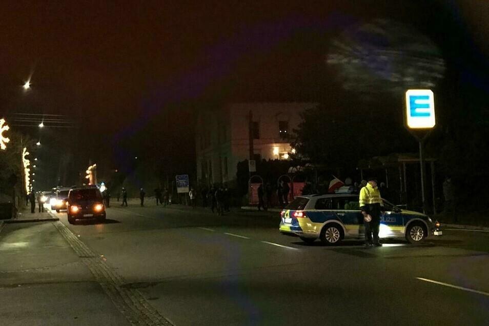 Bei der unangemeldeten Demo in Neugersdorf sperrte die Polizei die Hauptstraße ab.