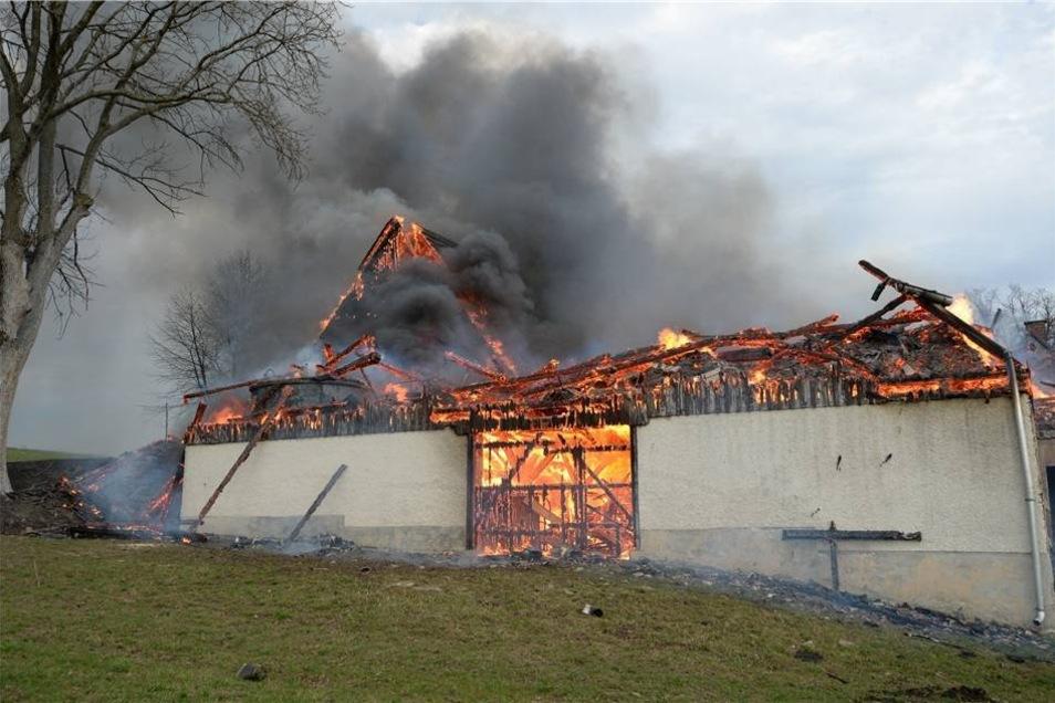 Sie brannten bis auf die Grundmauern nieder.