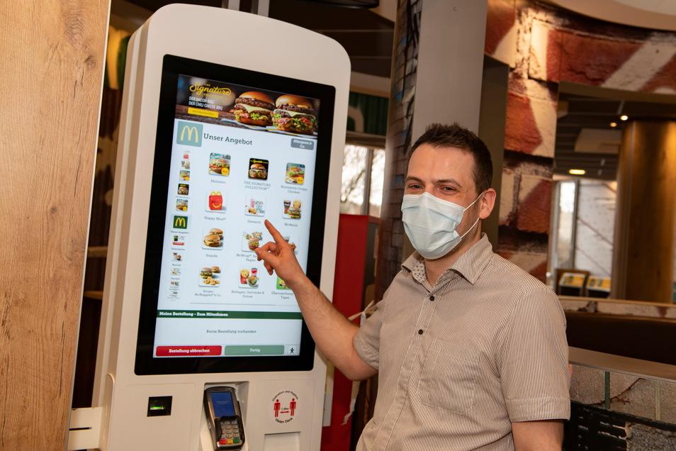 Schichtleiter Peter Hartmann verweist bei McDonalds Thiendorf auf die SB-Terminals. Sie dienen der Vorbestellung.