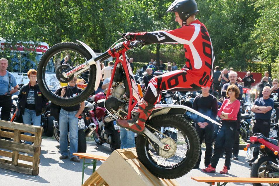 Marc Lentföhr präsentiert eine Motorrad-Trial-Show zum verkaufsoffenen Sonntag in Görlitz.