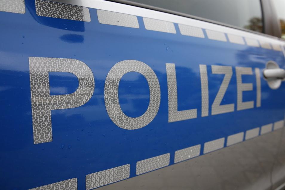 Die Polizei fahndet nach einer Gruppe junger Männer, die in Radeberg einen 20-jährigen zusammengeschlagen haben.