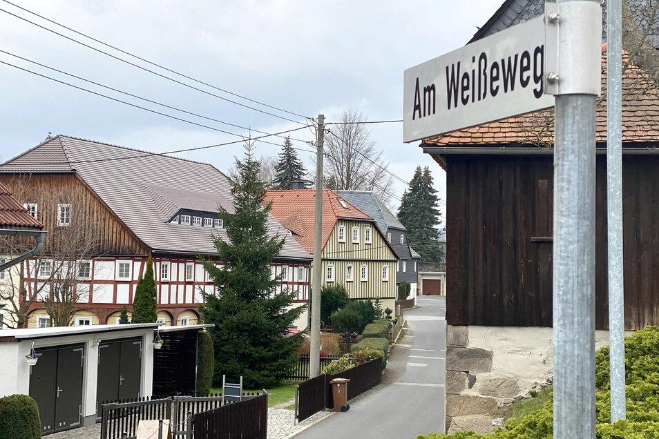 Am Weißeweg in Seifhennersdorf fiel bei der Ostereiersuche ein Kind in einen Brunnen.