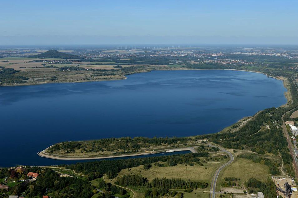Den Ortsteil Hagenwerder (im Vordergrund) und die Landeskrone trennt inzwischen ein beachtlicher Berzdorfer See. Seit Februar 2013 ist er voll.
