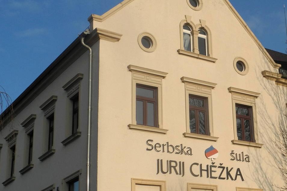 Im Crostwitzer Schulgebäude sind heute unter anderem die Grundschule, der Hort, das Gemeindeamt, der sorbische Schulverein, der Domowina-Regionalverband Kamenz und das Witaj-Sprachzentrum untergebracht.