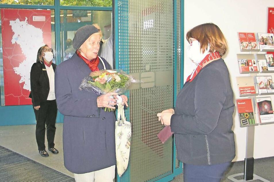 Empfang auf Abstand. Kundenberaterin Petra Reimann (re.) begrüßt Elke Pannach als erste Kundin in der wiedereröffneten Sparkassen-Filiale in Boxberg.