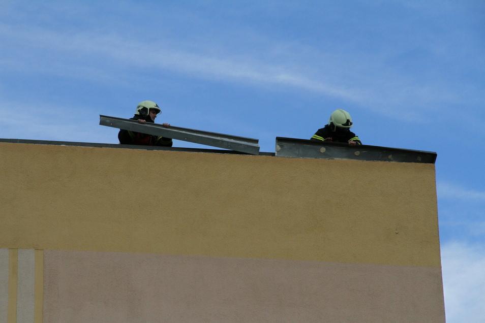 Durch den Wind hatten sich Dachteile an einem Fünfgeschosser in Döbeln Nord gelöst. Sie wurden von der Feuerwehr entfernt.