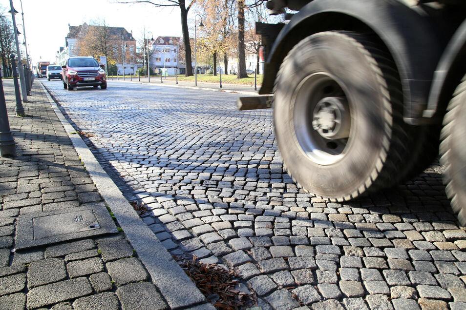 Das Pflaster auf dem Zinzendorfplatz hat zuletzt stark gelitten. Deshalb soll die Strecke demnächst saniert werden.