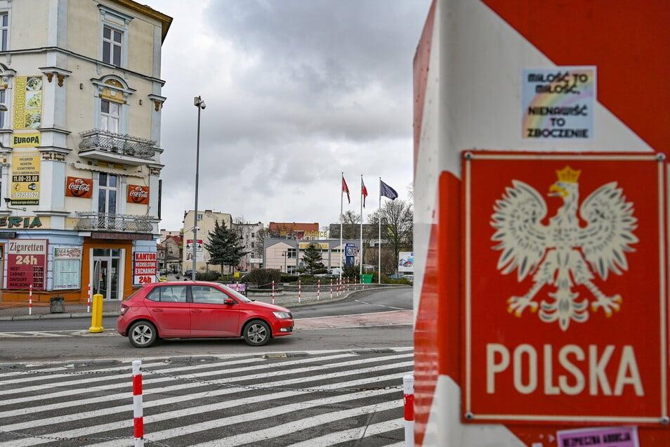 Ein Grenzpfeiler in den Nationalfarben Polens steht nahe dem Grenzübergang Stadtbrücke zwischen dem polnischen Slubice und Frankfurt (Oder) in Brandenburg.