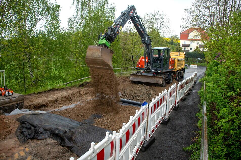Die Firma Hoff nimmt im Auftrag der Stadt Sanierungsarbeiten an der Brücke über die Eisenbahnstrecke in Gärtitz vor.