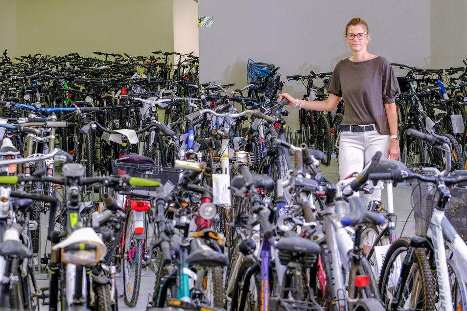Die Leiterin der Asservatenstelle Carmen Buczek inmitten der rund 170 Fahrräder des Polizeilagers in Radebeul.