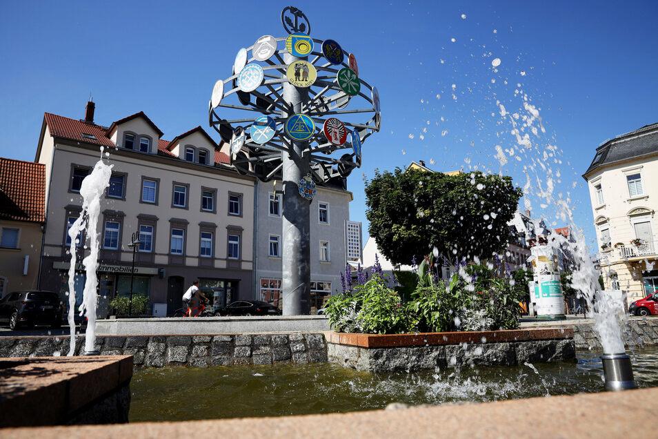 Rathausplatz: Das Wasserspiel neben dem am Zunftbaum wurde 2007 fertig.