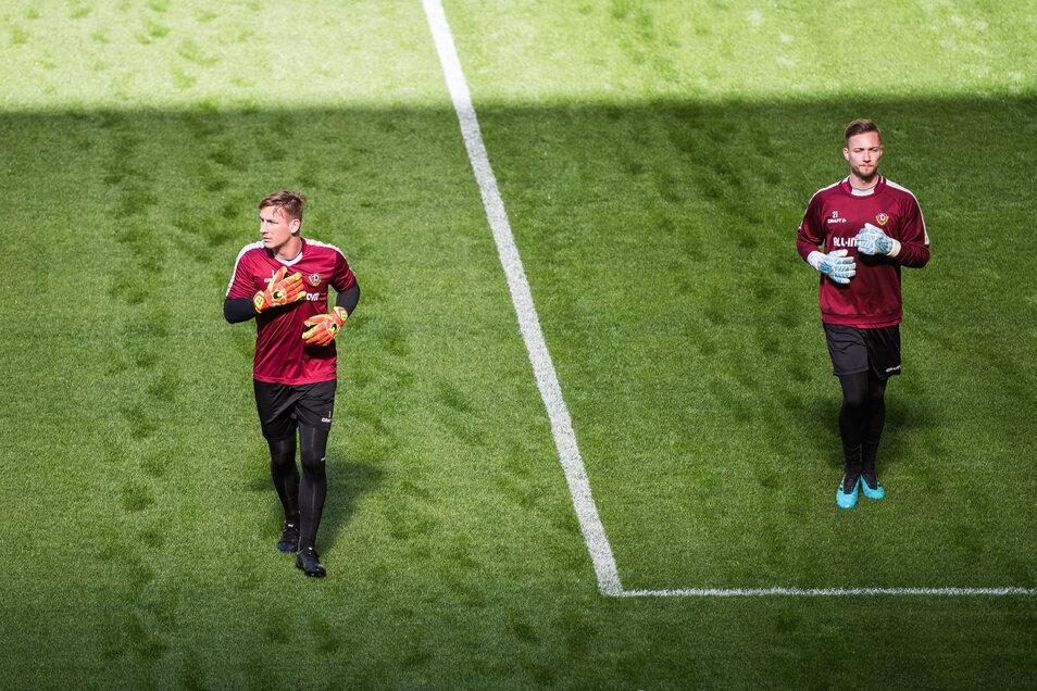 Beim Training in kleinen Gruppen halten Dynamos Torhüter Kevin Broll (l.) und Tim Boss den gebotenen Abstand. Auf dem Rasen im Rudolf-Harbig-Stadion ist dafür ausreichend Platz.