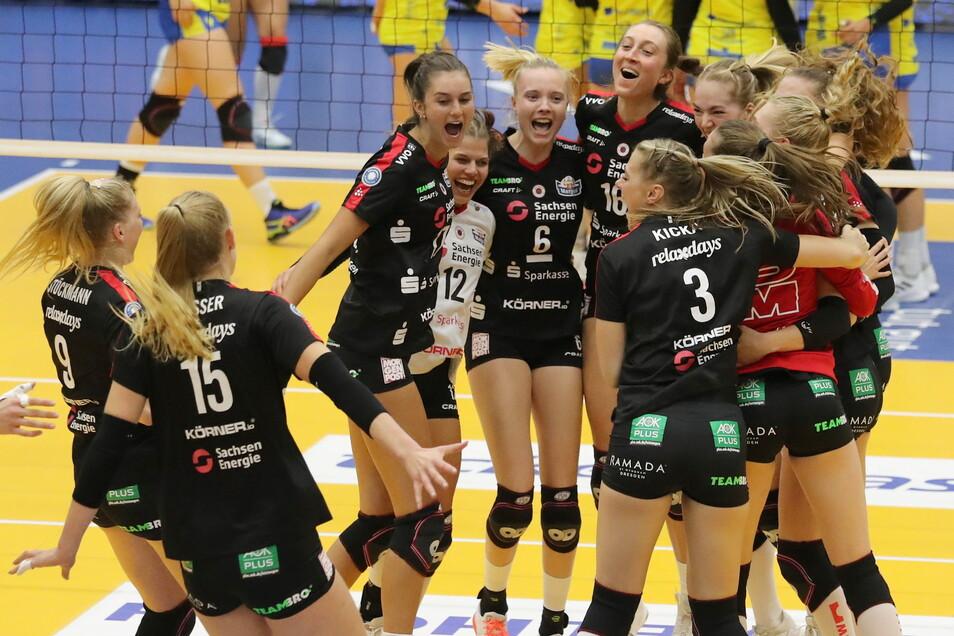 Die Dresdner Volleballerinnen setzen sich im Supercup gegen Schwerin mit 3:2 durch und feiern den ersten Titel der neuen Saison.