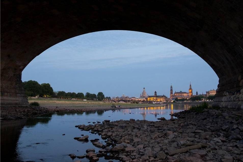 Die Pegel der Elbe sinken seit Wochen.