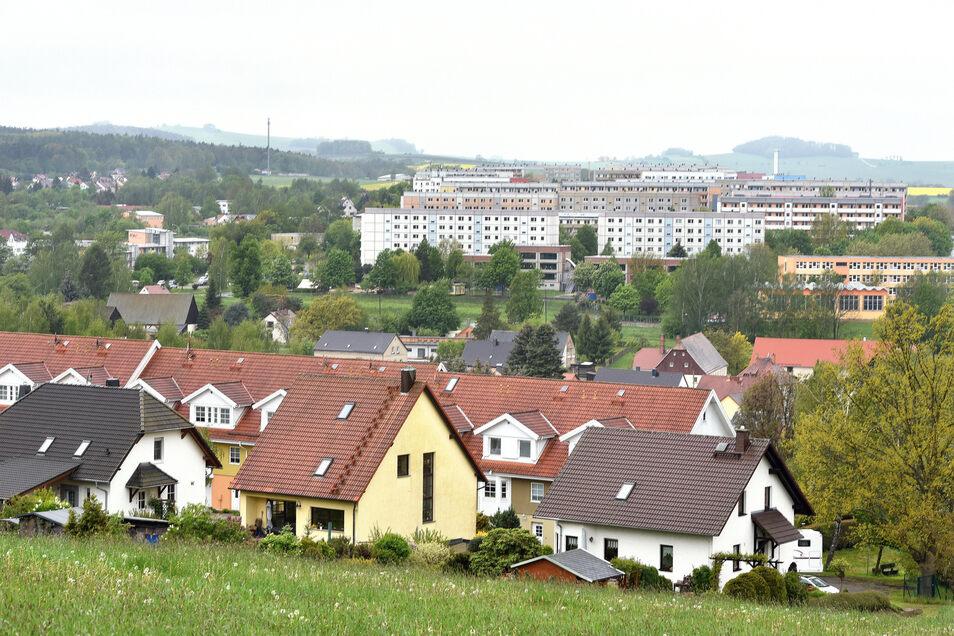 Blick über Olbersdorf bis zur Grundbachsiedlung, das vom Bergbau-Ersatz- zum modernen Wohngebiet umgebaut werden soll.
