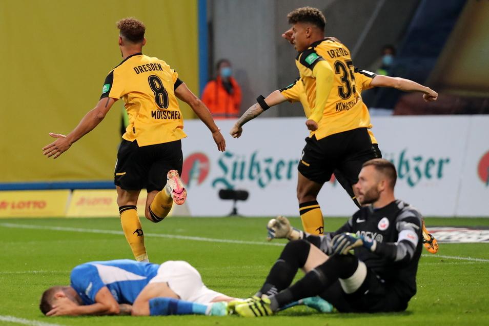 Dynamo braucht nur 35 Sekunden bis zur Führung. Die Rostocker Nico Neidhart (vorn l.) und Torwart Markus Kolke sind geschlagen am Boden, während der Dresdner Torschütze Heinz Mörschel (hinten l.) mit Ransford-Yeboah Königsdörffer jubelnd abdreht.