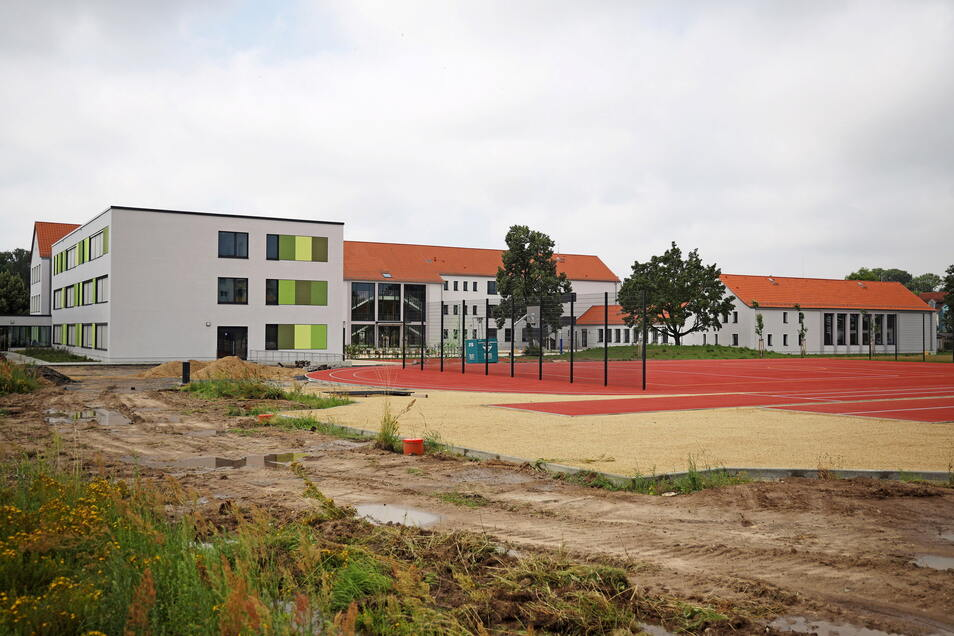 Ein Blick von der Rückseite auf das Schulgebäude Am Merzdorfer Park. In den Sommerferien ist der Einzug geplant.