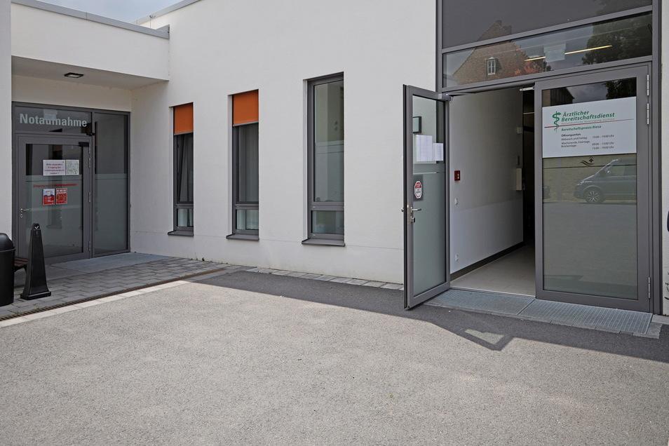 Die Eingänge und auch die Räume von Notaufnahme und Bereitschaftspraxis liegen am Riesaer Krankenhaus gleich nebeneinander. Das ist gewollt, um Patienten schnell zwischen beiden Bereichen