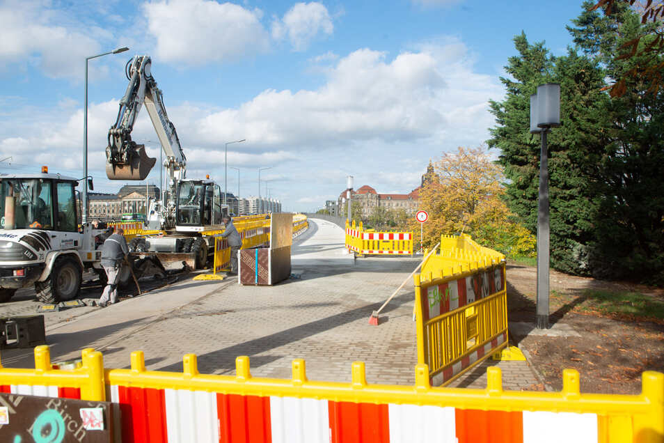 Ist der neue Gehweg frei, können die Bauleute mit dem Abbruch des Behelfsweges beginnen. Später wird die Fahrbahn auf diesem Brückenzug erneuert.