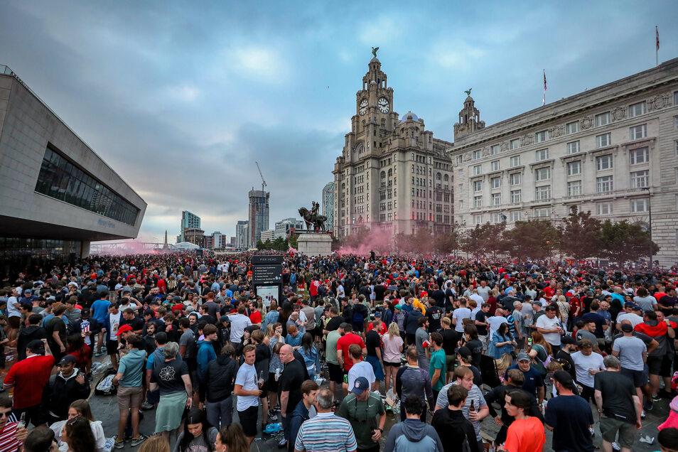 Fans des FC Liverpool feiern am Freitag Abend vor dem Royal Liver Building,.
