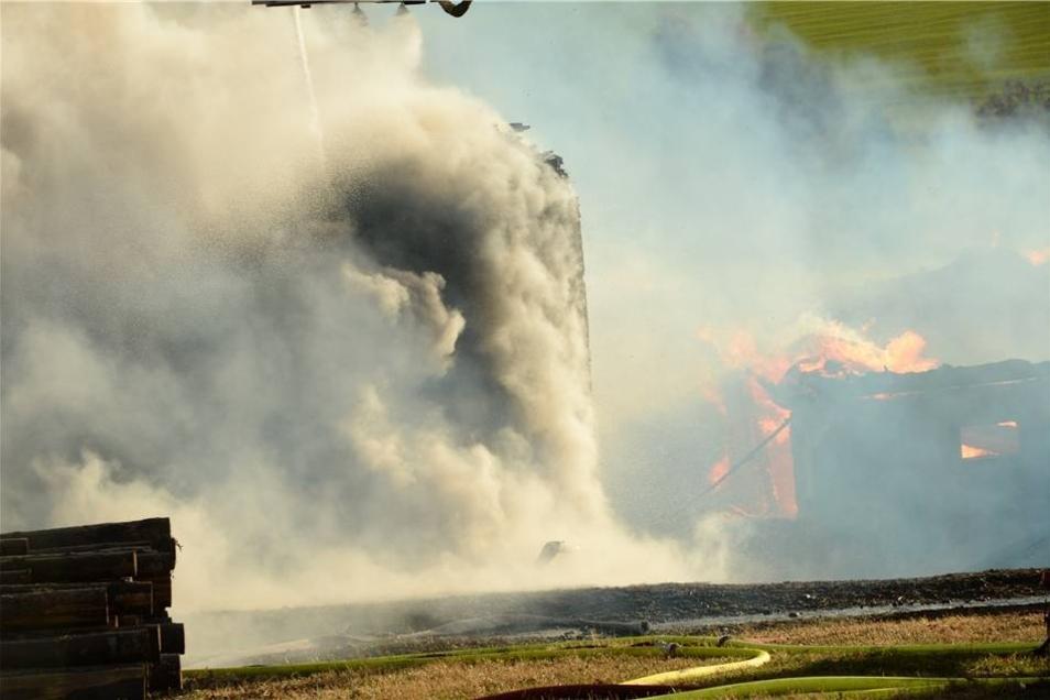 In dem Ortsteil von Schmiedeberg rückte gegen 14.30 Uhr ein Großaufgebot der umliegenden Feuerwehren an.