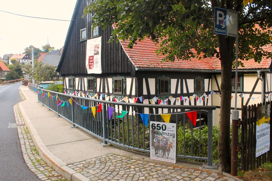 Die Ortschaft ist schon mit Wimpeln geschmückt, auch am Museum, das mit zwei Ausstellungen und der Präsentation der Chronik den Startschuss für die Festwoche gab.