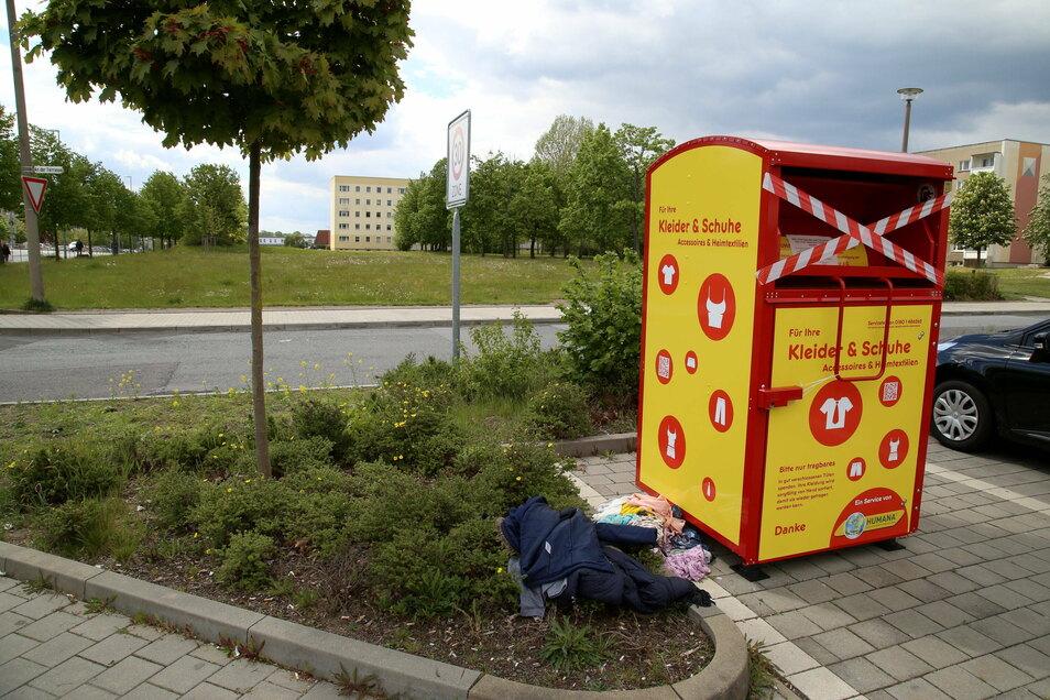 Der Altkleidercontainer von Humana auf dem Netto-Parkplatz in Görlitz war kaum gesperrt, schon wurden Sachen daneben geworfen.