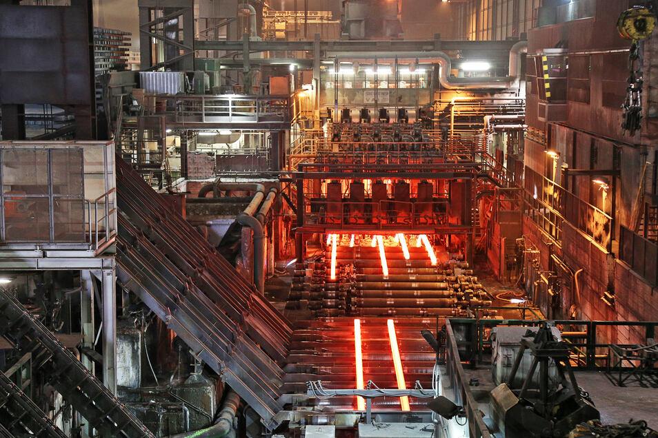 In der Stranggießanlage der ESF Elbe-Stahlwerke Riesa GmbH werden bis zu fünf Knüppel gleichzeitig produziert.