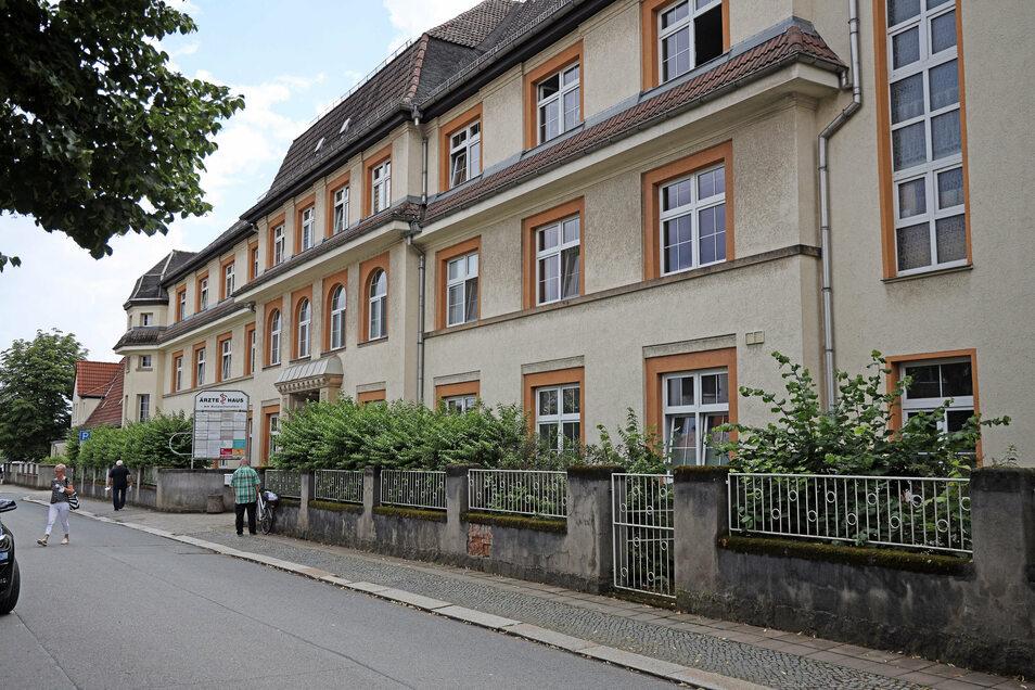 """Das Ärztehaus """"Am Kutzschenstein"""" in Gröba. Dort war früher die Betriebspoliklinik des VEB Rohrkombinat Stahl- und Walzwerk Riesa untergebracht."""