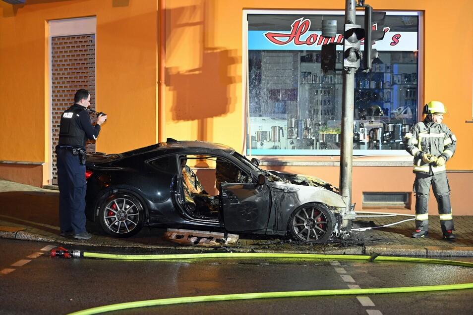 In Kamenz brannte in der Nacht zu Sonntag ein Auto. Die Polizei löschte das Fahrzeug.