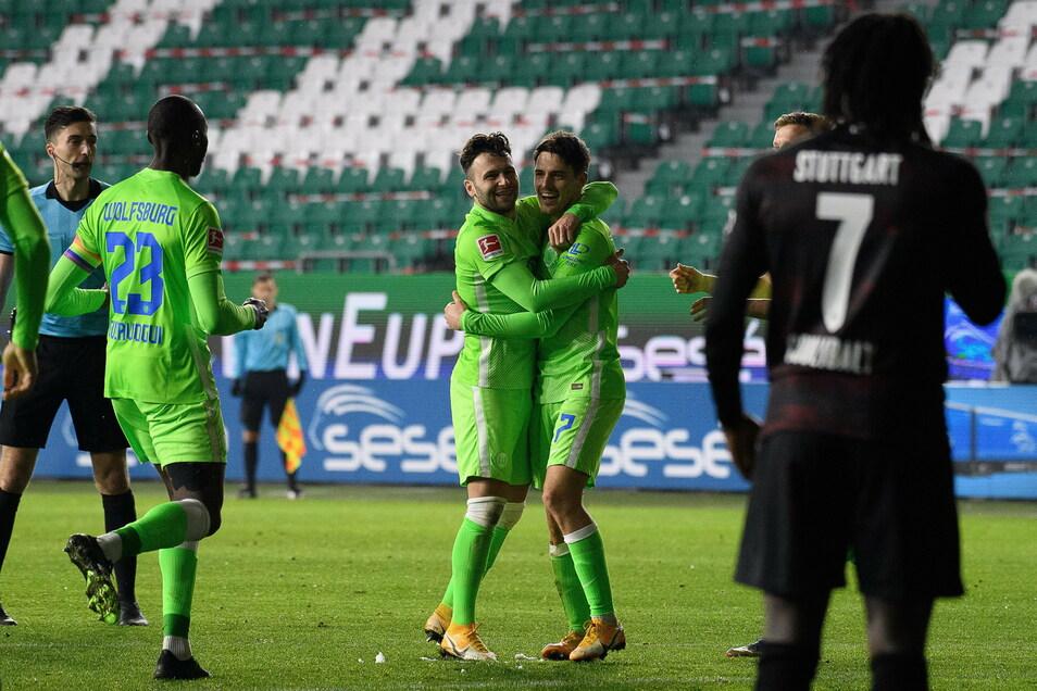 Wolfsburgs Josip Brekalo (r) jubelt nach seinem Freistoßtor zum 1:0 mit Renato Steffen.