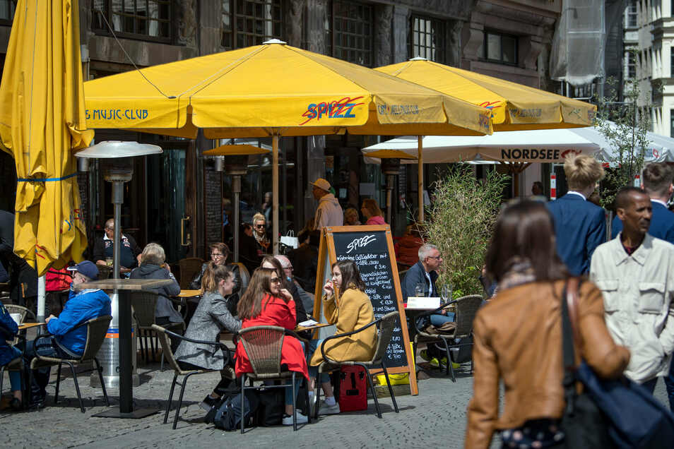 Wer nach wochenlanger Pause endlich wieder ins Restaurant essen gehen will, sollte sich einen Platz an der frischen Luft suchen.